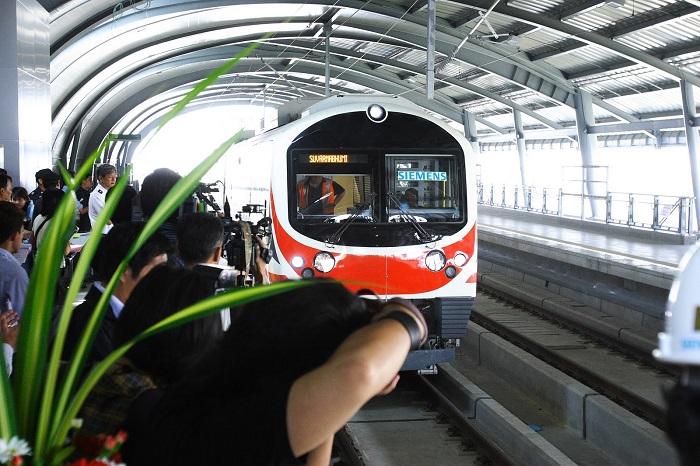 Дорога на современном поезде и машине