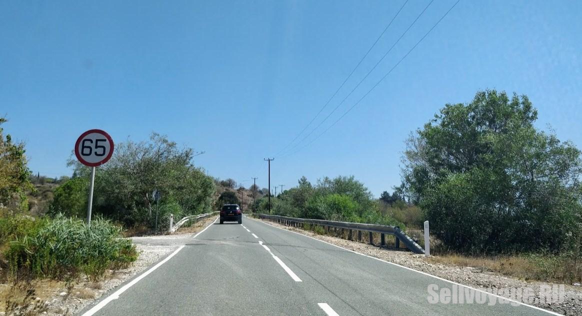 Знак ограничения скорости на Кипре