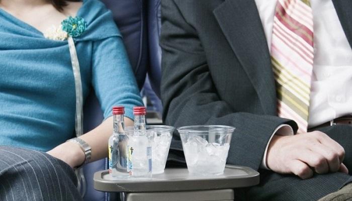 Разрешено ли брать алкогольные напитки на самолетный борт?