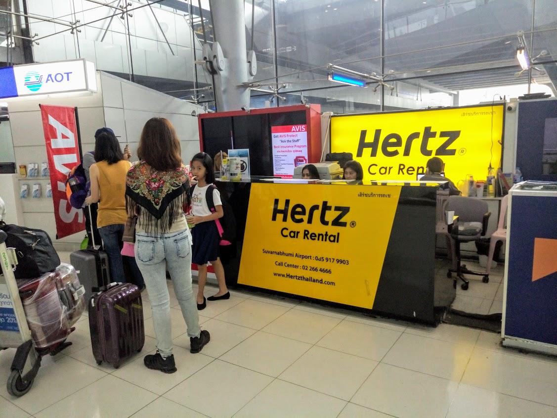 Стойка прокатчика Hertz в аэропорту Бангкока