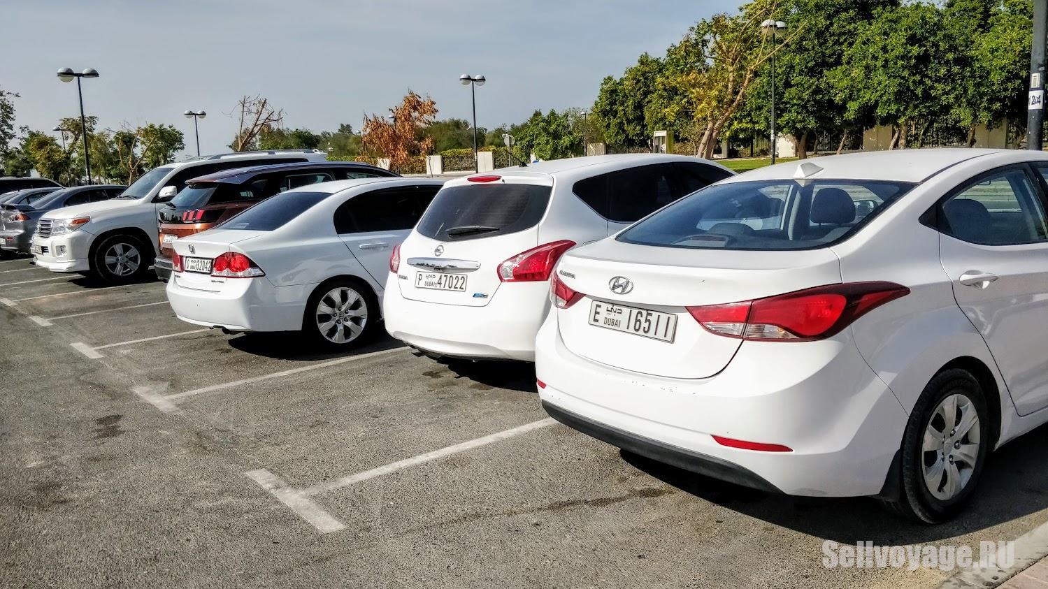 Машины на парковке в Дубае
